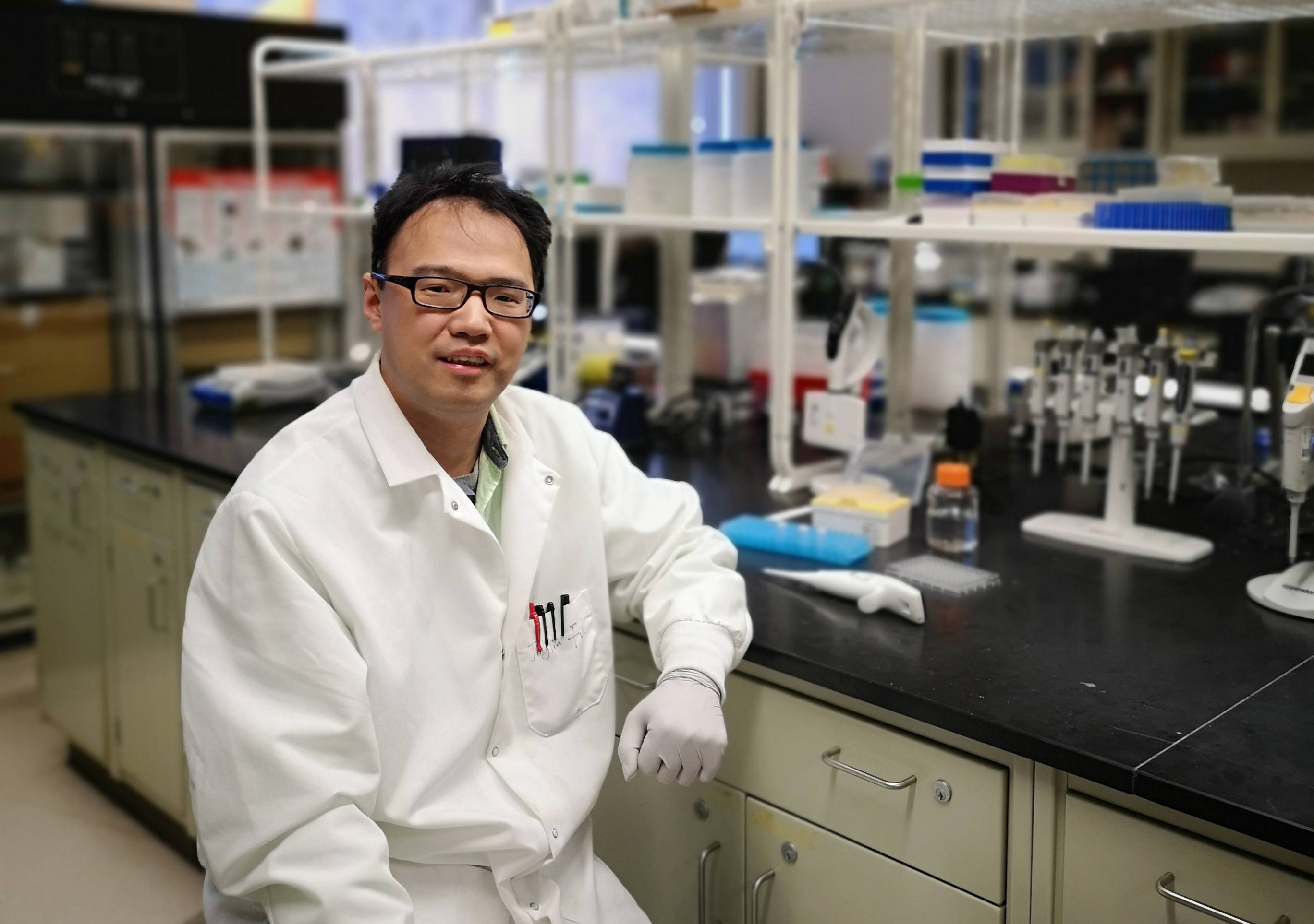 Jinglin Fu in his lab