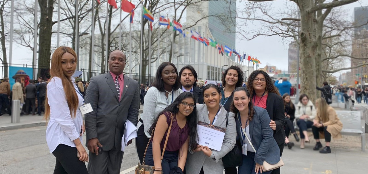 Students pose outside the UN headquarters in New York City